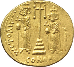R/ Constantine IV Pogonatus, with Heraclius and Tiberius (668-685).  AV Solidus, Syracuse mint. Struck 677-8 AD. Obv. dN CONST-[ANTINYS YPP A] Crowned, draped and cuirassed facing bust of Constantine, wearing short beard and holding globus cruciger. Rev. VICTORIA [AVGY]. Heraclius and Tiberius, each holding globus cruciger, standing facing on either side of cross potent set on three steps; Γ to right. D.O. 56. MIB 31. Anastasi 223. Sear 1202. R -. AV. g. 4.39  mm. 20.00  RR. Very rare and superb. Areas of flatness on the legends, otherwise EF. A very attractive example of this beautiful and rare dynastic issue.