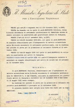 D/ ROMA Maggio 1935. Documento ministeriale con firma autografa del Ministro per l'Educazione Nazionale De Vecchi di Val Cismon. Cesare Maria De Vecchi, Conte di Val Cismon (Casale Monferrato, 14 novembre 1884 – Roma, 23 giugno 1959) è stato un generale e politico italiano. Fuavvocato di successo a Torino. Nel 1921 venne eletto deputato nel collegio di Torino; aderì al gruppo fascista di cui fu nominato vice segretario. Comandante generale della Milizia Volontaria per la Sicurezza Nazionale nel 1923, partecipò da quadrumviro alla marcia su Roma, anche se non approvò questa scelta. Egli rappresentò all'interno del movimento fascista l'ala di tendenza monarchica e legittimista. Sottosegretario all'Assistenza militare e Pensioni di guerra e poi nel 1923 al Tesoro. Fu governatore della Somalia Italiana, Dal giugno del 1929 fu ambasciatore presso il Vaticano dopo il Concordato, carica che mantenne fino al gennaio del 1935. Ebbe anche importanti incarichi quale commissario agli archivi di Stato nel 1934 e dalla quale si dimise perché divenuto ministro dell'Educazione Nazionale. Durante la sua carriera politica ricoprì anche l'incarico di membro della commissione per l'esame dei Patti Lateranensi, membro della commissione per il giudizio dell'Alta Corte di Giustizia, membro della commissione delle Forze Armate. Nel novembre del 1936 si recò in visita a Rodi, per assistere ad alcune inaugurazioni, al suo ritornò avanzò a Mussolini la richiesta di assumere il governatorato dell'Egeo. Il Duce approvò la richiesta, e De Vecchi divenne Governatore del Possedimento Italiano delle Isole dell'Egeo. Nel dicembre del 1940 al suo rientro in Italia, De Vecchi non ebbe più alcun incarico ufficiale sino al luglio del 1943 e rimase solo membro del Gran Consiglio come era dalla sua fondazione. Il 24 luglio del 1943 quando, convocato per la seduta del