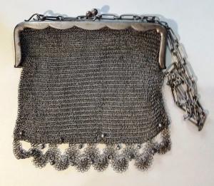 D/ Borsettaa maglie d'argento (800) con catenina. Peso 235 gr. – misure: 15 x 15 cm. Buono.
