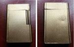 R/    AccendinoDUPONT, placcato oro, peso complessivo: 105 gr. – Matricola: 80JGN55. Funzionante. Segno di utilizzo e del tempo, però discreto.