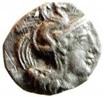 D/ Mondo Greco. Calabria. Tarentum. 380-334 a.C. Diobolo. Ag. D/ Testa elmata di Athena a destra. R/ Ercole combatte il leone Nemeo sotto un simbolo. Vlasto 1327. Peso 0.72 gr. Diametro 12,89 mm. BB+. R.__