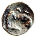 R/ Mondo Greco. Calabria. Tarentum. 380-334 a.C. Diobolo. Ag. D/ Testa elmata di Athena a destra. R/ Ercole combatte il leone Nemeo sotto un simbolo. Vlasto 1327. Peso 0.72 gr. Diametro 12,89 mm. BB+. R.__