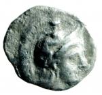 D/ Mondo Greco. Calabria, Tarentum.380-325 a.C. Diobolo. Ag. D/ Testa di Athena a destra, con elmo attico decorato con ippocampo. R/ TAPAN [ ]. Eracle inginocchiato a destra combatte contro un leone, a destra una clava, a sinistra una cavalletta. SNG ANS 1421. Peso gr. 0,95. Diametro mm. 12.00.Bel BB+. NC.
