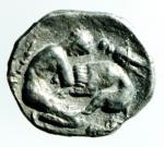 R/ Mondo Greco. Calabria, Tarentum.380-325 a.C. Diobolo. Ag. D/ Testa di Athena a destra, con elmo attico decorato con ippocampo. R/ TAPAN [ ]. Eracle inginocchiato a destra combatte contro un leone, a destra una clava, a sinistra una cavalletta. SNG ANS 1421. Peso gr. 0,95. Diametro mm. 12.00.Bel BB+. NC.