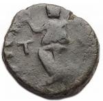 R/ Barbari -I Vandali in Nord Africa.Gaiserico?.395-455 d.C.Nummo imitativo. Ae.D/ Busto a destra.R/ Vittoria a sinistra, lettera T. Pesogr. 1,31.qBB.Patina verde.R.