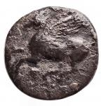 R/ Varie - Mondo Greco. Dracma da catalogare. Ag. R/ Pegaso a sinistra. Peso gr. 2,14. Diametro mm. 14,4. Patina scura.