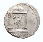 D/ Varie - Augusto. 27 a.C - 14 d.C. AR Denarius. 19 aC. Coniato in Spagna. d/ CAESAR AVGVSTVS testa a sn r/ Mars Ultor entro Tempio, in ex MART VLT. RIC 70b. Peso gr. 3,54. BB+. RR. Roman Empire - Augustus. 27 BC - 14 AD. AR Denarius. (3.54 g.), 19 BC. Mint in Spain.Obv .: CAESAR AVGVSTVS, head n.l.Rev .: Mars Ultor Temple, in ex MART VLT.RIC 70b. RR! Good Very Fine .The temple for Mars Ultor vowed Augustus 42 BC. After the Battle of Philippi. Until the inauguration of the final sanctuary at the Augustus Forum 2 BC, The small round temple depicted here served as a place of worship on the Capitol.
