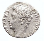 R/ Varie - Augusto. 27 a.C - 14 d.C. AR Denarius. 19 aC. Coniato in Spagna. d/ CAESAR AVGVSTVS testa a sn r/ Mars Ultor entro Tempio, in ex MART VLT. RIC 70b. Peso gr. 3,54. BB+. RR. Roman Empire - Augustus. 27 BC - 14 AD. AR Denarius. (3.54 g.), 19 BC. Mint in Spain.Obv .: CAESAR AVGVSTVS, head n.l.Rev .: Mars Ultor Temple, in ex MART VLT.RIC 70b. RR! Good Very Fine .The temple for Mars Ultor vowed Augustus 42 BC. After the Battle of Philippi. Until the inauguration of the final sanctuary at the Augustus Forum 2 BC, The small round temple depicted here served as a place of worship on the Capitol.