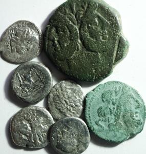 D/ Lotti. Repubblica Romana. lotto di 7 monete composta da un Asse anonimo 1 semisse anonimo e 5 quinari, mediamente MB\BB. §