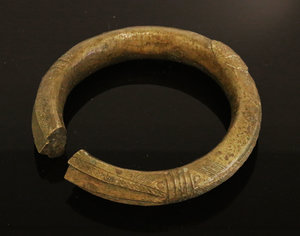 D/ Nigeria. Ibo or Igbo people. Bronze manilla bracelet 1900 circa. Used as currency. 340 gr. -  10x10x 2 cm