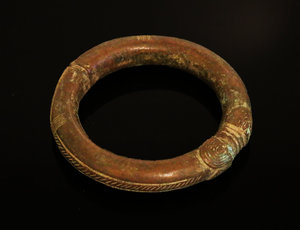 D/ Nigeria. Ibo or Igbo people. Bronze manilla bracelet 1900 circa. Used as currency. 444 gr. -  10x10x 2 cm