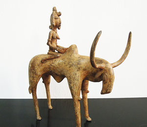 D/ Burkina faso. Lobi people. 1900 AD. Bronze statue of stylized woman mounting a cow. 2,3 kg.- 28x25xx6 cm