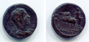 obverse image: MACRINO (217-218), Roma. AE Asse (24 mm. – 10,01 gr.). D.\: IMP CAES M OPEL SEV MACRINVS AVG, laureate and cuirassed bust right. R.\: PONTIF [MAX T R P I] I, Macrinus in triumphal quadriga left, holding sceptre and branch; Victory behind crowning him; S-C across fields, COS II P P in exergue. RIC 162. qBB. Rare!