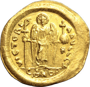 R/ Justinian I (527-565).  AV Solidus, Constantinople mint. Obv. DN IVSTINIANVS PP AVG. Helmeted and cuirassed bust facing, holding globus cruciger and shield. Rev. VICTORIA AVGGG Z. Angel standing facing, holding long staff surmounted by simplified Christogram and globus cruciger; in exergue, CONOB. D.O. 9. Sear 140. AV. g. 4.43  mm. 21.50   Minor area of flatness on obverse, otherwise about EF/EF.
