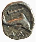 reverse: Mondo Greco. Calabria. Taranto. 380-334 a.C. Emiobolo. Ag. D/ Conchiglia. R/ Delfino a destra, sopra clava, sotto ΔΑ. Vlasto 1575. Peso 0.71 gr. Diametro 10,26 mm. BB. R.