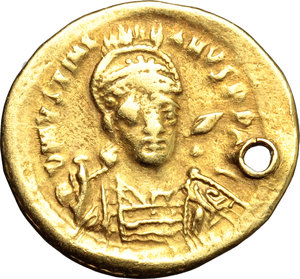 Byzantine Empire.Justinian I (527-565). AV Solidus, Constantinople mint, 538-542 AD.Obv. Bust of Justinian frontal, helmeted, cuirassed; holding spear behind neck.Rev. Victoria standing frontal; holding long cross and cross-globe; in field right, star.MIB 6.AV.g. 4.36 mm. 21.00Pierced at 3h.VF.
