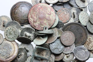 obverse:  Lotto di 74 bottoni, inclusi alcuni bottoni di divise napoloniche.