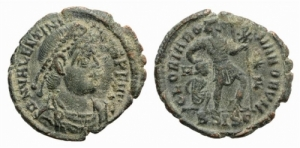 D/ Valentinian I (364-375). Æ 2.10 gr. Siscia, 367-375. D/ Diademed, draped and cuirassed bust r. R/ Valentinian standing r., head l., dragging bound captive to l. and holding banner inscribed with chi-rho. RIC IX 14a.xvii; cf. LRBC 1331. Green patina. Good Very Fine