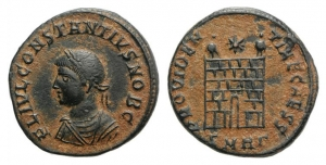 D/ Constantius II (Caesar, 324-337). Æ Follis (19mm, 2.80g, 11h). Heraclea, 326. Laureate, draped, and cuirassed bust l. R/ Camp gate with two turrets, star above; SMHΓ•. RIC VII 84. Brown green patina, VF