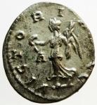 R/ Impero Romano .Carino. 283-285 d.C. Antoniniano. D/ IMP AVG CARINVS PF AVG Busto radiato verso destra. R/ VICTORIA AVG La vittoria andante a sn. In esergo QXXIT. Peso 3,6 gr. Diametro 22,4 mm. SPL.