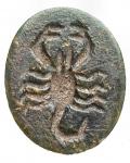 R/ Varie - Pietra incisa con simboli e scritta, gr 0,99. mm 12,2 x 14,95 x 3,31. Ottime condizioni