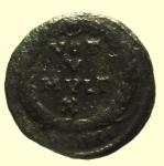 R/ Impero Romano. Gioviano. 363-364 d.C. Follis. Ae.: D/ DN IOVIANVS PF AVG Busto diademato verso destra. R/ VOT V MVLT X in corona di alloro. Zecca Sirmio BSIRM. RIC.118. Peso 3,1 gr. Diametro 19,3 mm. BB+. Patina scura.