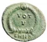 R/ Impero Romano. Arcadio. 383-408 d.C. AE 12. Siscia. D/ Busto piccolo, diademato, drappeggiato e corazzato a destra. R/ VOT / V entro corona. In esergo: ASIS. RIC 36. Peso gr. 1.20. Diametro 12 mm. Bel SPL. RR.