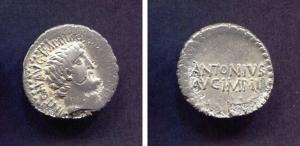 D/ MARCO ANTONIO (32 a.C.). Ar Denarius (3,6 gr. - 20 mm.). R.\: ANTONIVS AVG IMP III. Cr. 543-2. BB. Raro. Note: frattura di conio. Ottima la patina.