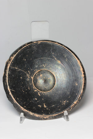 R/  Black glazed pottery dish, the base incised with two words (graffitos) Greek, probably Attic, late 5th century BC. H 3,5 cm, Ø 16,5 cm.
