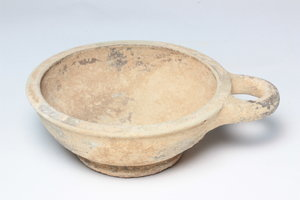 D/  Terracotta drinking cup. Shallow bowl with single loop handle. Greek, 4th-3rd century BC H. 3,3 cm Ø 11,3 cm (with handle).