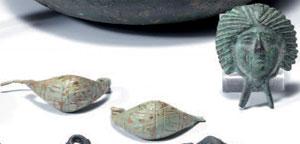 obverse:  Due fibule ed un'applique in bronzo Materia e tecnica