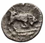 reverse: Mondo Greco - Lucania, Thurium.IV sec. a.C. Diobolo. Ag. D/ Testa di Athena a destra, che indossa elmo decorato con mostro Scilla.R/ Toro cozzante a destra. Peso gr. 0,77. qBB.