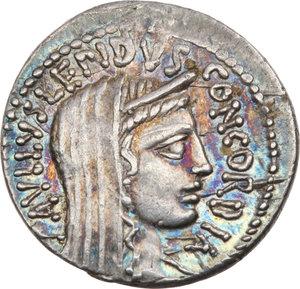 D/ ROMA REP. Aemilia. Paullus Aemilius (55 a.C.) Denario. D/Testa velata della Concordia a s. R/Il Console, dietro Perseo e i figli prigionieri. B.10/Cas.13. AR.  SPL/BB