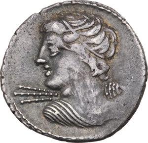 D/ ROMA REP. Licinia. C. Licinius L.f. Macer (83 a.C.) Denario. D/Busto di Vejovis a s. R/Minerva in quadriga a d. B.16/Cas.198. AR.  BB