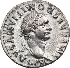 ROMA IMP. Domiziano (81-96 d.C.) Denario 81. D/Busto laur. a d. R/COS VII DES VII P P. fulmine su tavolo. C.62. AR.