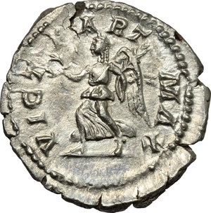 R/ Caracalla (198-217). AR Denarius, 201-210.  D/ Bust of Caracalla right, laureate, draped. R/ Victoria advancing left, holding wreath and palm. RIC 144B. AR. g. 2.30  mm. 20.00    About VF.