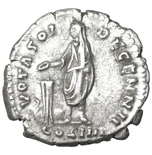 R/ Antoninus Pius (138-161). AR denarius. 3.20 gr. – 17.9 mm. Rome. 158-159 AD. O:\ ANTONINVS AVG PIVS PP, laureate head right. R:\ VOTA SOL DECENN II, COS IIII below, Antoninus standing left, holding scroll and patera over tripod altar. RIC 292e; RSC 1110; Sear 4139-4140 var (obverse legend). Scarce. XF
