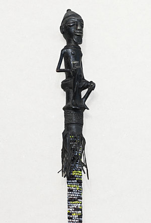 obverse: Cameroon. Extremely rare Bamileke ceremonial bronze rod. 1850 circa. Fully decorated with hardstone. Tribe chief figure on top. H: 143 cm - D max: 8 cm. Weight 4,6 kg.