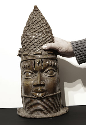obverse: Benin Yoruba People. 1800 AD. Heavy Bronze Yoruba King bust with decorated crown. Extremly rare. 43x21x20 cm -  6,8 kg