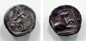 obverse: Laranda, LYCAONIA (IV sec. a.C.). AR Obolus (0,70 gr. - 10,8 mm.). D.\: Baaltars seduto a sinistra, con spiga di grano, uva e scettro; R.\: protome di cane a destra, mezzaluna nel campo. SNG France 448. qBB. RR.