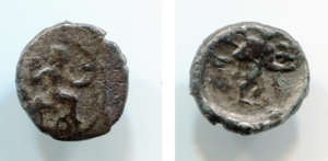 obverse: Cilicia, Tarsos (388-380 a.C.). Tiribazos (Satrap of Lydia). AR Obolus (0,72 gr. – 9,3 mm.). D.\: Baaltars seated right, holding eagle and lotus-tipped sceptre; behind, monogram. R.\: Baaltars (?) advancing right, holding sceptre and eagle. SNG Levante 67. MB. RR.