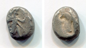 obverse: Persia. Achaemenid Empire (circa 485-340 a.C.). AR Siglos (5,32 gr.). D.\: Persian king kneeling-running right, holding spear and bow, quiver over shoulder. R.\: Incuse punch. ATEC 1945-1960. qBB. NC.