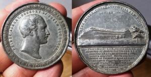 obverse: Londra. 1851. D.\: Princ Albert consort of queen Victoria. R.\: The international industrial exhibition. MI (50 mm. - 37, 5 gr.). Discreta. Non Comune. Colpetti al bordo.