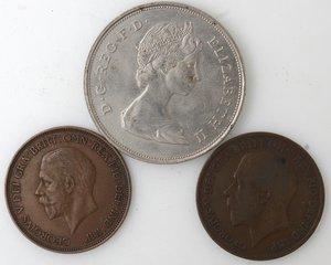obverse: Monete Estere. Gran Bretagna. Lotto di tre monete. Notati, una corona 1981. Ni, 2 pz. da un penny 1919 e 1936. Ae.. Mediamente BB+.