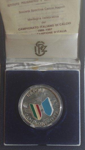 obverse: Medaglie. Repubblica italiana. Napoli Campione d Italia 1986-1987. Ag. Peso gr. 18. Confezione e certificato della zecca. FDC.
