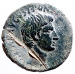 D/ Impero Romano. Augusto. 43 a.C.-17 d.C. Asse. D/ CAESAR AVGVST PONT MAX TRIBVNIC POT Testa di Augusto verso destra. R/ SC LVRIVS AGRIPPA III VIR A A A F F. RIC.427. Peso 10,85 gr. Diametro 27,23 mm. Piegato altrimenti SPL.§