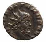D/ Impero Romano Postumo. Imperatore Romano-Gallico, 260-269 d.C. Antoniniano.Mediolanum , terza officina. 3a emissione, 268 d.C. D\ testa radiata, drappeggiata e corazzata a destra / Virtus avanza a destra, tenendo lancia e scudo; [T]. RIC V 388; Mairat 224-5; AGK 111b; RSC 441.Peso3,80 gr.Diametro 17,00 mm.BB.R Aureolo era un generale straordinariamente capace che serviva sotto Valeriano e Gallieno. Intorno al 258 d.C., Gallieno posizionò una nuova unità di cavalleria a Mediolanum che doveva servire come forza di reazione rapida contro ogni nuova invasione lungo la frontiera dell'impero centrale. Aureolovenne dato il comando di questa unità. Nel 260-261 dC le sue forze sconfissero gli eserciti degli usurpatori Ingenuus e Macrianus e recuperarono la provincia di Raetia. In seguito a queste vittorie, Gallieno e Aureolo guidarono un esercito contro le province separatiste galliche sotto Postumus. Gallieno fu costretto a lasciare il campo dopo essere stato ferito in battaglia, e lasciò la campagna nelle mani di Aureolo. Aureolus terminò la campagna poco dopo, la documentazione storica suggerisce che era giunto ad un accordo segreto con Postumus. Vi erano motivi per cui si riteneva che si stesse preparando per una rivolta già nel 262 d.C. Indipendentemente, ad un certo punto nel 267 d.C., Aureolo si ribellò e stabilì la sua base a Mediolanum, dove Gallieno lo assediò nel 268 d.C. I dettagli della rivolta non sono chiari, ma sembra che Aureolo abbia prima fatto appello a Postumus per aiuto, e, non avendo ottenuto il sostegno dell'Imperatore Gallico, si dichiarò imperatore. All'incirca nello stesso periodo, Gallieno fu assassinato e gli successe Claudio II Gotico, che continuò a sostenere Mediolanum. Ben presto, tuttavia, sembrò che fosse stato raggiunto un accordo e Aureolus usci dalla città per incontrare Claudio, cadde in una trappola , dato che Aureolo fu preso in custodia e giustiziato.