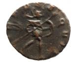 R/ Impero Romano Postumo. Imperatore Romano-Gallico, 260-269 d.C. Antoniniano.Mediolanum , terza officina. 3a emissione, 268 d.C. D\ testa radiata, drappeggiata e corazzata a destra / Virtus avanza a destra, tenendo lancia e scudo; [T]. RIC V 388; Mairat 224-5; AGK 111b; RSC 441.Peso3,80 gr.Diametro 17,00 mm.BB.R Aureolo era un generale straordinariamente capace che serviva sotto Valeriano e Gallieno. Intorno al 258 d.C., Gallieno posizionò una nuova unità di cavalleria a Mediolanum che doveva servire come forza di reazione rapida contro ogni nuova invasione lungo la frontiera dell'impero centrale. Aureolovenne dato il comando di questa unità. Nel 260-261 dC le sue forze sconfissero gli eserciti degli usurpatori Ingenuus e Macrianus e recuperarono la provincia di Raetia. In seguito a queste vittorie, Gallieno e Aureolo guidarono un esercito contro le province separatiste galliche sotto Postumus. Gallieno fu costretto a lasciare il campo dopo essere stato ferito in battaglia, e lasciò la campagna nelle mani di Aureolo. Aureolus terminò la campagna poco dopo, la documentazione storica suggerisce che era giunto ad un accordo segreto con Postumus. Vi erano motivi per cui si riteneva che si stesse preparando per una rivolta già nel 262 d.C. Indipendentemente, ad un certo punto nel 267 d.C., Aureolo si ribellò e stabilì la sua base a Mediolanum, dove Gallieno lo assediò nel 268 d.C. I dettagli della rivolta non sono chiari, ma sembra che Aureolo abbia prima fatto appello a Postumus per aiuto, e, non avendo ottenuto il sostegno dell'Imperatore Gallico, si dichiarò imperatore. All'incirca nello stesso periodo, Gallieno fu assassinato e gli successe Claudio II Gotico, che continuò a sostenere Mediolanum. Ben presto, tuttavia, sembrò che fosse stato raggiunto un accordo e Aureolus usci dalla città per incontrare Claudio, cadde in una trappola , dato che Aureolo fu preso in custodia e giustiziato.