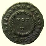R/ Impero Romano Crispo. 317-326 d.C. : D\ IVL CRIS-PVS NOB C Testa laureata verso destra. R\ CAESARVM NOSTRORVM entro cerchio, VOT V in esergo D SIS. Peso 3,4 gr. Diametro 18,5 mm. qSPL