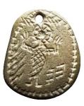 D/ Medaglie - Amuleto Ciondolo Cristiano in limonite. 5 sec dc. d/ Figura nimbata con una mano sollevata e l'altra che tiene un oggetto non identificato. r/ Caratteri non decifrati su tre livelli. H mm 34. RARO